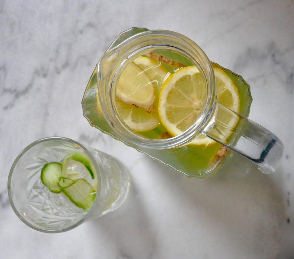 Groene gember-komkommer iced tea