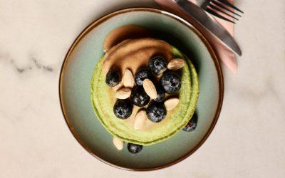 Powerpancakes met kaneelyoghurt, blauwe bessen & amandelen