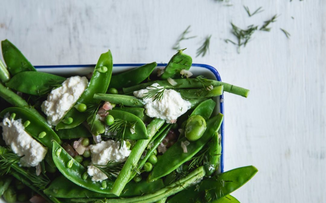 Salade van boontjes en peultjes met warme dille vinaigrette