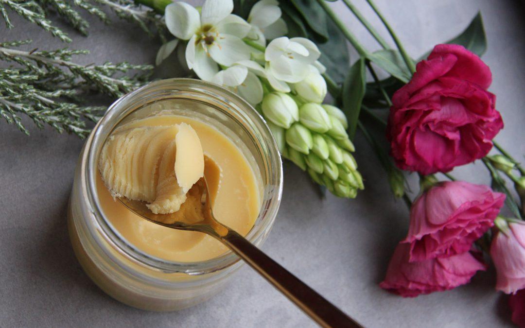 Zo maak je zelf geklaarde boter
