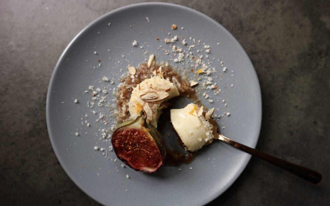 Panna cotta met gezouten dadelpuree & gegrilde vijg