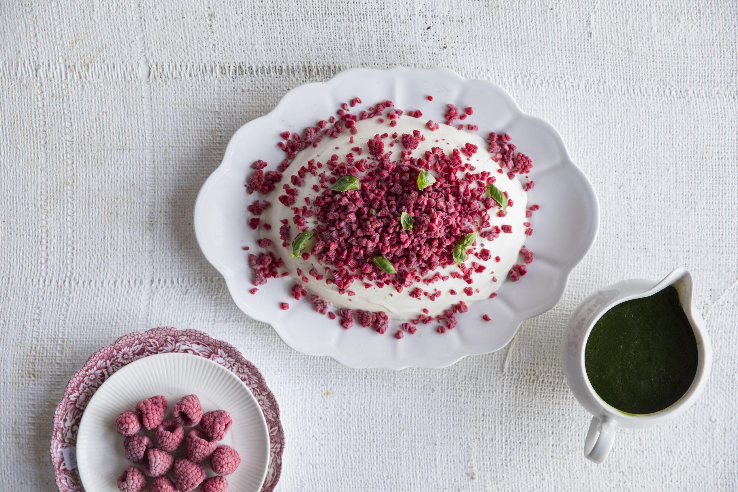 Bevroren frambozen met yoghurtpudding en basilicumsiroop